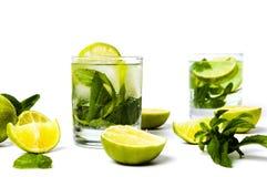 与冰的绿色石灰和薄菏汁液 库存照片