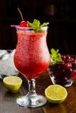 与冰的美丽的莓果鸡尾酒 免版税库存图片