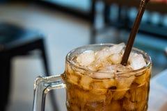 与冰的苏打水在桌上的一块玻璃 免版税库存图片