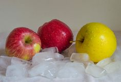 与冰的苹果 免版税库存照片