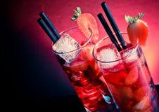 与冰的草莓文本的鸡尾酒在木桌上和空间 免版税库存照片