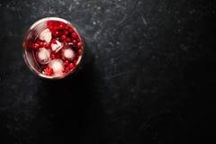 与冰的莓果饮料 免版税库存照片