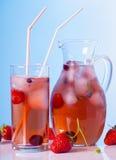与冰的莓果饮料 免版税图库摄影
