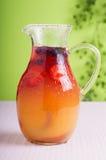与冰的莓果饮料 免版税库存图片