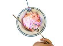 与冰的面包冠上了用桃红色牛奶新鲜在碗,顶视图 库存照片