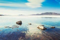 与冰的风景在湖 免版税库存图片