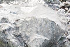 与冰的冻岩石在冬天湖 库存图片
