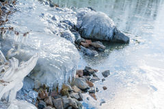 与冰的冻岩石在冬天湖 免版税库存照片