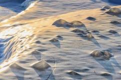 与冰纹理片断的照片背景蓝色桃红色结霜的冰  免版税库存照片