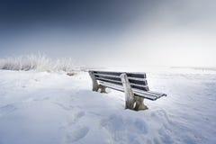 与冰152湖chiemsee的长凳 免版税库存图片