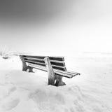 与冰155湖chiemsee的长凳 免版税图库摄影