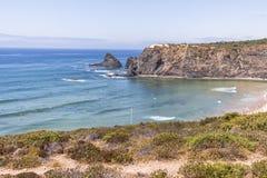与冲浪者的海岸Odeceixe的在葡萄牙 免版税图库摄影