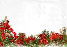 与冷杉分支、响铃、球和霍莉的圣诞卡在白色 免版税库存照片