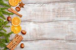 与冷杉分支、坚果、香料和干桔子的圣诞节背景 免版税库存照片