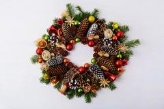 与冷杉分支、杉木锥体和门铃的圣诞节花圈 免版税库存照片