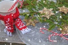 与冷杉分支、装饰的雪花和棒棒糖的圣诞节背景在葡萄酒样式的冰 免版税图库摄影