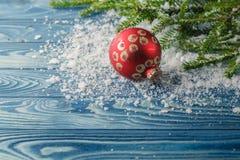 与冷杉分支和圣诞节中看不中用的物品的木背景 拷贝温泉 免版税库存图片