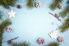 与冷杉分支和白色装饰的寒假背景 免版税库存图片