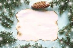 与冷杉分支和老纸板料的圣诞节背景t的 免版税库存图片