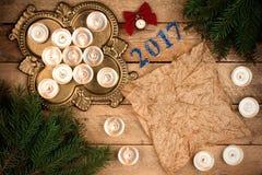 与冷杉分支和蜡烛的圣诞节背景羊皮纸她 库存图片