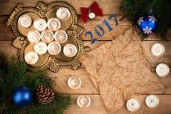 与冷杉分支和蜡烛的圣诞节背景羊皮纸她 免版税库存照片