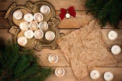 与冷杉分支和蜡烛的圣诞节背景羊皮纸她 免版税库存图片