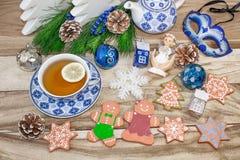 与冷杉分支和装饰的新年的桌在木背景 圣诞节茶用曲奇饼,姜饼,小星 f 库存图片