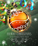 与冷杉分支和闪亮金属片的橙色圣诞节中看不中用的物品 库存照片