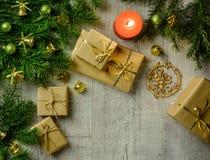 与冷杉分支的圣诞节欢乐卡片和欢乐装饰 库存照片