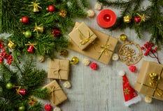 与冷杉分支的圣诞节欢乐卡片和欢乐装饰 免版税库存图片