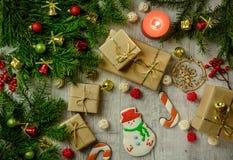 与冷杉分支的圣诞节欢乐卡片和欢乐装饰 免版税库存照片