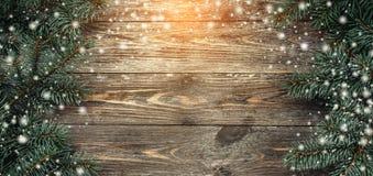 与冷杉分支的老木背景 问候消息的空间 袋子看板卡圣诞节霜klaus ・圣诞老人天空 顶视图 光和雪花的作用 免版税库存照片