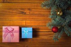 与冷杉分支,玩具球,礼物boxies的假日构成 顶视图 免版税库存照片