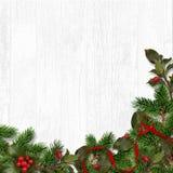 与冷杉木和红色莓果的圣诞节背景 2007个看板卡招呼的新年好 免版税图库摄影