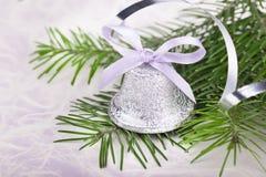 与冷杉木枝杈的圣诞节铃声 免版税库存图片