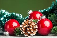 与冷杉木的圣诞节球 免版税库存图片