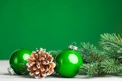 与冷杉木的圣诞节球 图库摄影