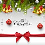 与冷杉枝杈的圣诞节装饰、红色和白色球、金响铃和红色弓 皇族释放例证
