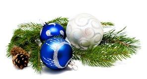 与冷杉球果和fi的圣诞节装饰蓝色和银色球 免版税库存照片