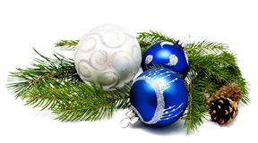 与冷杉球果和fi的圣诞节装饰蓝色和银色球 免版税库存图片