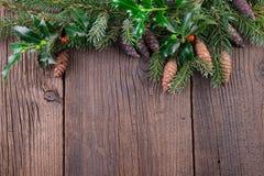 与冷杉球果的圣诞树分支在老木背景 免版税库存照片