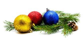 与冷杉球果的圣诞节装饰红色金黄黄色蓝色球 免版税库存照片