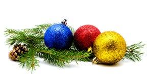 与冷杉球果的圣诞节装饰红色金黄黄色蓝色球 免版税库存图片