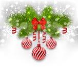 与冷杉的圣诞节发光的背景分支,玻璃球,肋骨 图库摄影