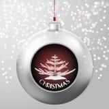 与冷杉的圣诞节球和红色五彩纸屑在小鸡多雪的背景猛冲里面 库存图片
