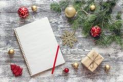 与冷杉的圣诞节背景分支,装饰的礼物盒 库存照片