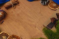 与冷杉,围巾,干桔子,锥体,饼干,桂香的圣诞节背景 库存照片