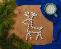 与冷杉,鹿,围巾,咖啡的圣诞节背景 免版税库存照片