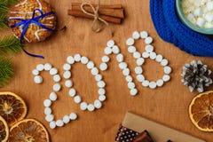与冷杉, 2018年,围巾,干桔子,锥体,饼干,桂香的圣诞节背景 库存图片