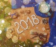 与冷杉, 2018年,围巾,干桔子,锥体,饼干,桂香的圣诞节背景 免版税库存图片